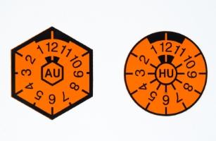 Bis 2010 gab es für die Abgasuntersuchung die eckige AU-Plakette.