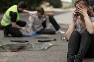 Beim Autounfall ist es wichtig, Erste Hilfe zu leisten.