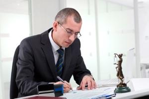 Gegen ein Bußgeld Einspruch einlegen: Mögliche Kosten können für einen Anwalt anfallen.
