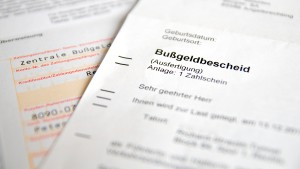 Wollen Sie Ihren Bußgeldbescheid prüfen, müssen Sie auf bestimmte Informationen nach § 66 OWiG achten.