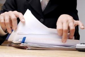 Bei der Vielzahl an Unterlagen kann ein Bußgeldbescheid schnell verloren gehen.