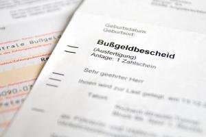 Bei Vergehen gegen den Bußgeldkatalog Überladung folgt ein Bußgeldbescheid.