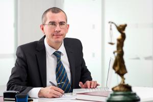 Ein Anwalt kann beim Einspruch gegen den Bußgeldbescheid helfen.