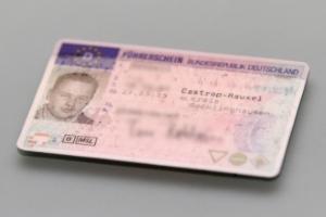 Der Führerscheinkontrolle müssen Sie zustimmen, einer Ausweiskontrolle aber nicht.