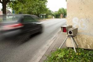 Wer mit über 21 km/h geblitzt wird, muss auch mit Punkten in Flensburg oder sogar einem Fahrverbot rechnen.