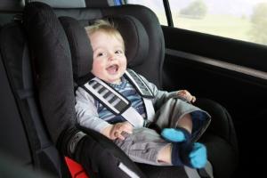 Neben der Gurtpflicht gilt es bei Kindern auch auf einen Kindersitz zu achten.