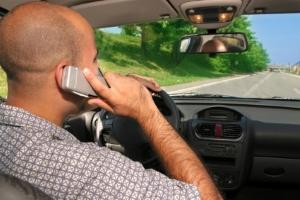 Durch das Handy am Steuer leidet die Aufmerksamkeit und und es kann zu Unfällen kommen.