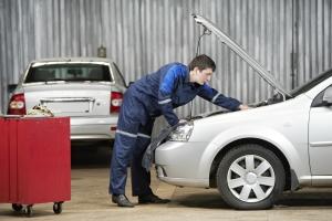 Bei der Hauptuntersuchung wird das Fahrzeug auf Mängel untersucht.