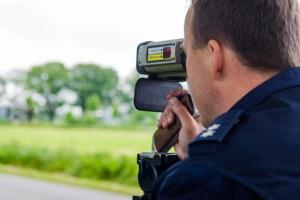 Mit einer Laserpistole können Polizisten die Geschwindigkeit von heranfahrenden Fahrzeugen ermitteln.