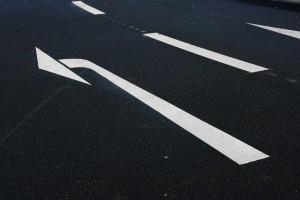Viele Fahrer sind beim Links-Abbiegen mit dem Auto unsicher.