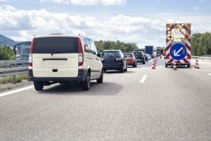 Der Mindestabstand auf der Autobahn richtet sich nach der zulässigen Höchstgeschwindigkeit und soll auch bei spontanen Bremsungen für Unfallfreiheit sorgen.