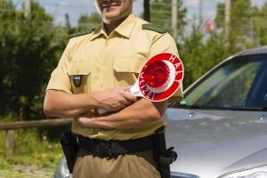 Folgen Sie bei der Polizeikontrolle den Anweisungen der Beamten.