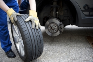 Spätestens nach acht Jahren heißt es: Neue Reifen kaufen!