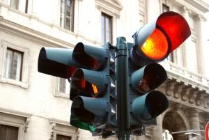 Wer bei Rot über die Ampel fährt, muss mit harten Strafen rechnen.