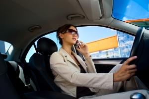 Wer beim Telefonieren am Steuer erwischt wird, muss mit einem Bußgeld rechnen.