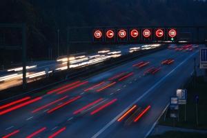 Ein überladenes Auto ist auf der Autobahn ein Risiko.