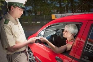 Während der Verkehrskontrolle ist es wichtig, sich ruhig und höflich zu verhalten.