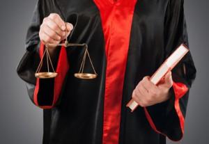 Einen Zeugenfragebogen müssen Sie zurückschicken, auch wenn Sie von Ihrem Zeugnisverweigerungsrecht Gebrauch machen.