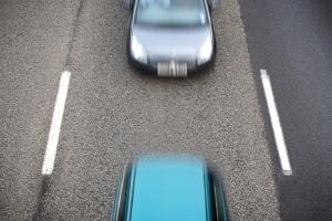 Außerorts gilt: Zurückgelegte Strecke in zwei Sekunden ergibt den Abstand zum vorausfahrenden Auto.